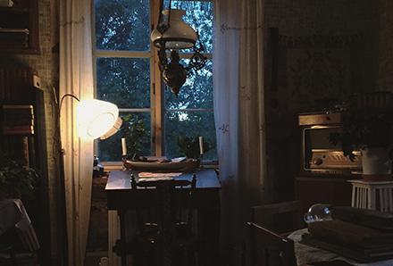 Kammarinteriör med ny lampa
