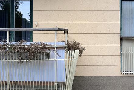 Snygg balkong på gammalt hus i Uppsala