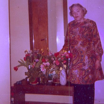När jag idag ser gamla bilder på min farmor ser jag att hon måste ha varit något av en skönhet. Här firar hon troligtvis sin 65-årsdag med en klassisk mösntrad tantklänning i konstmaterial. När dessa plagg blev omoderna, förändrades trasmattorna drastiskt och fick en helt annat apparition.