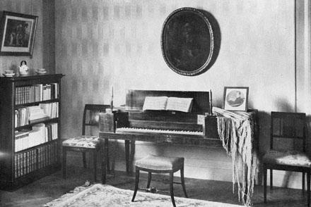 Klaveret i Gösta Ekmans våning på Hjorthagsvägen 9, nuvarande Erik Dahlbergsalén.