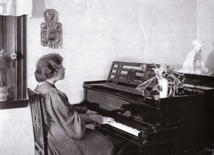 Amelie Posse vid pianot