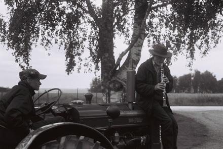 Spelman på traktor